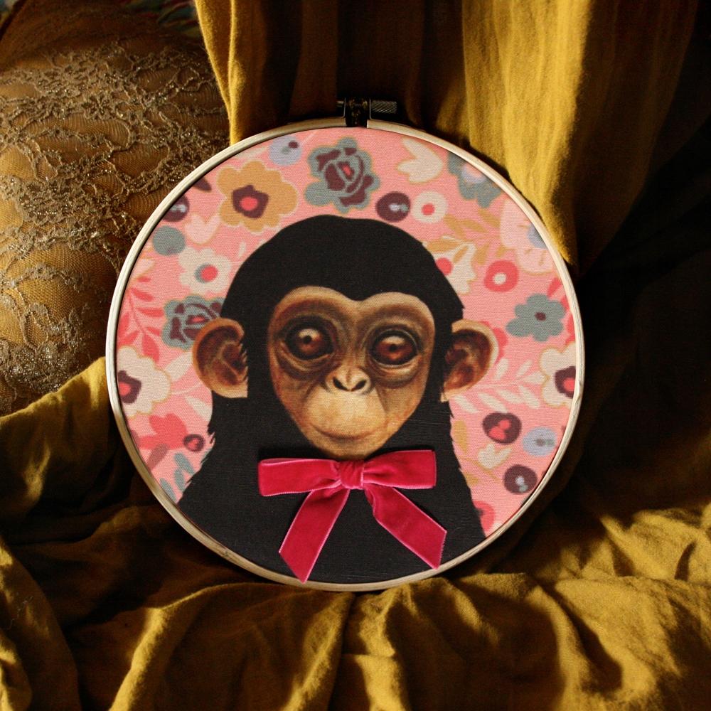 Prívesok retro opice s ružovými luk vzor desi