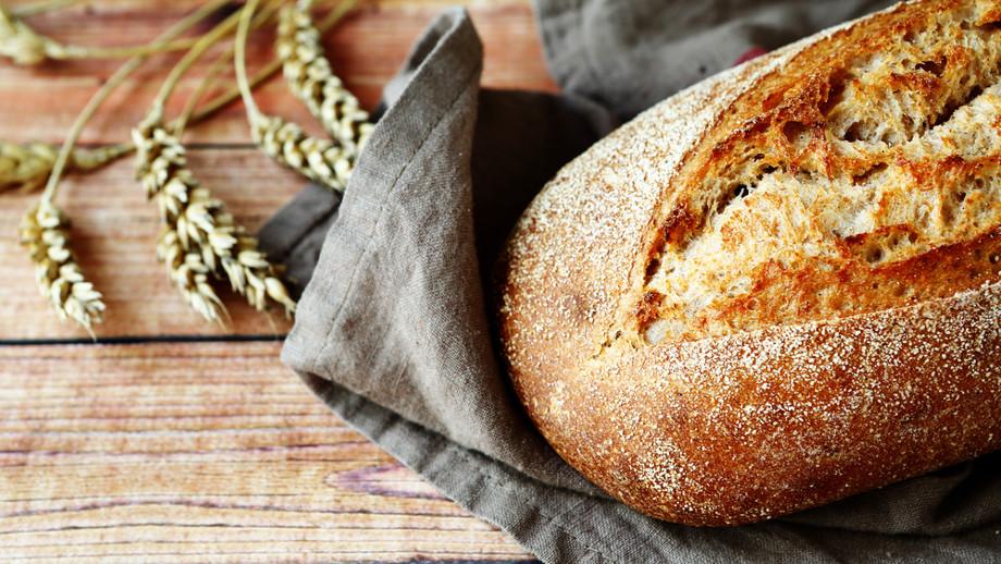 Pieczemy domowy chleb. Co kupić, aby wyszedł jak z piekarni i w czym go piec?