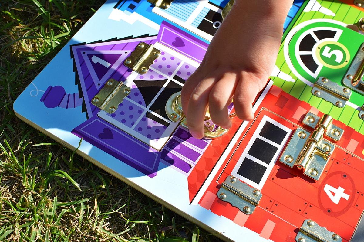 Fotografia 1 Dieťa sa hrá s tabuľou