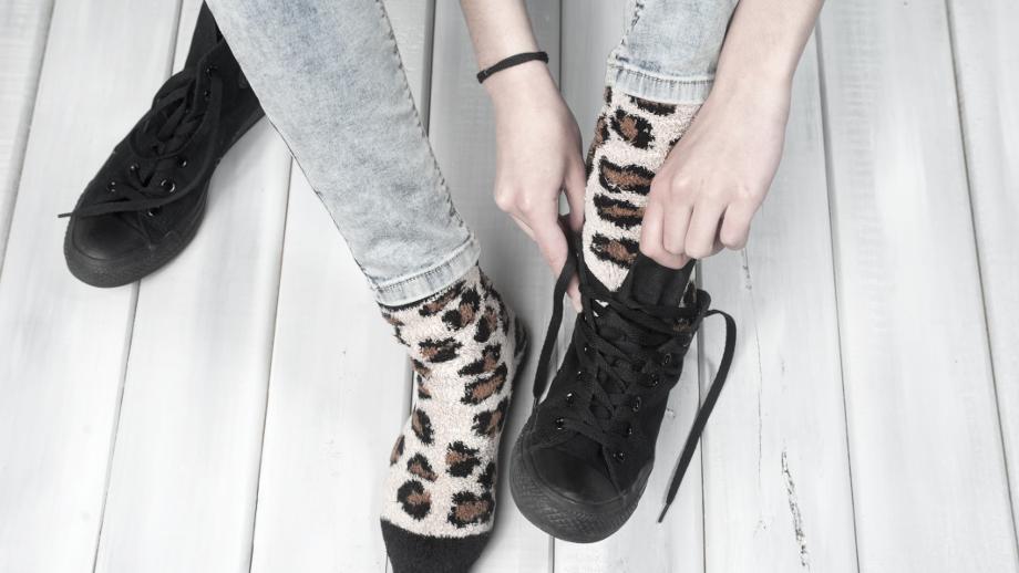 bd3381f29e Jak nosić buty sportowe do pracy - modne i wygodne stylizacje ...