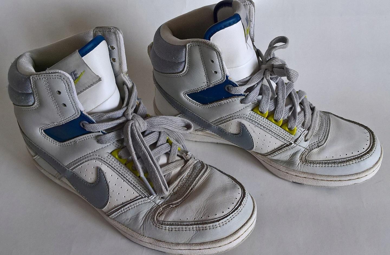detailing bfff0 c68ae Przedmiotem aukcji są buty sportowe marki NIKE w kolorze białym z dodatkami  szarego i granatu , spód biały ,wiązane.