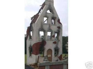 Фасад дома-разруха доставка товаров из Польши и Allegro на русском