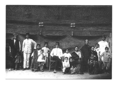 П / я.- Правитель народа Тобой Батак с семьей / Суматра